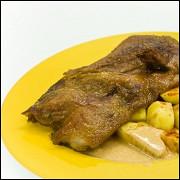 Жареная утка с картошкой и соусом