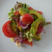 Салат из авокадо и овощей