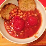 Суп из фасоли, томатов и шалфея с тостами