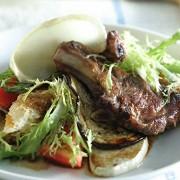 Ягнятина с теплым салатом и крутонами