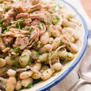 Салат из белой фасоли, тунца, лука и сельдерея