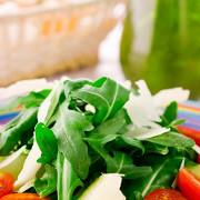 Салат из рукколы с грушей, пармезаном и бальзамическим уксусом