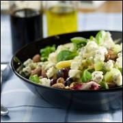Салат с рукколой, мятой, грушами, грецкими орехами и голубым сыром