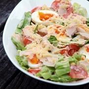 Свежий салат с курицей и яйцами
