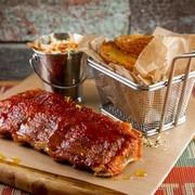 Жареные свиные ребра в соусе BBQ с овощным салатом и печеным картофелем