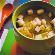 Гороховый крем-суп с чесночными гренками