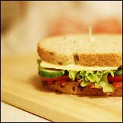 Сэндвич с беконом, сыром и свежими овощами