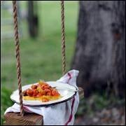 Полента с томатным соусом и базиликом