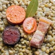 Чечевица с беконом и колбасками