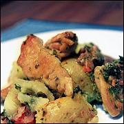 Куриные бедрышки запеченые с картофелем и томатами