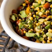 Кукурузный салат с авокадо и томатами