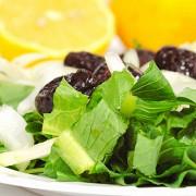 Салат из фенхеля и радиккьо с лимонно-луковой заправкой