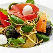 Теплый картофельный салат с маслинами и перцем