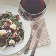 Салат из шпината и яиц с теплой заправкой из бекона