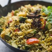 Рис с жареными овощами и грибами
