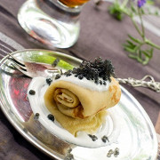 Тонкие гречневые блины со сметаной и черной икрой