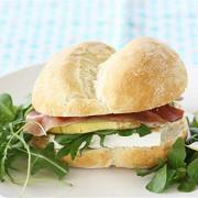 Сэндвич с грушей, сыром бри и ветчиной