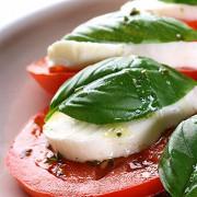 Закуска из моццареллы, помидоров и базилика