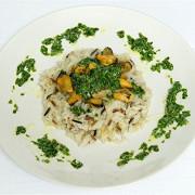 Четыре риса с мидиями и соусом из шпината