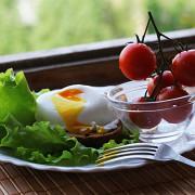 Яйцо пашот с тостом и овощами