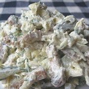 Сырный салат с сухариками и солеными огурцами
