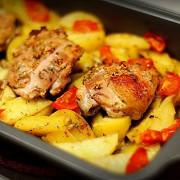 Курица с картофелем, запеченная в кефире с чесноком и травами