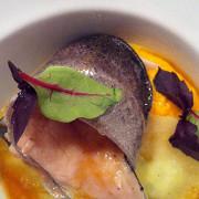 Форель речная с морковным пюре и яблочными равиоли