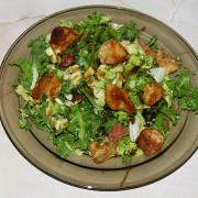 Теплый салат с курицей, авокадо и грейпфрутом
