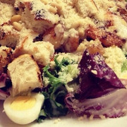 Салат «Цезарь» с креветками и перепелиными яйцами