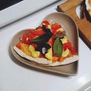 Пицца на бездрожжевом тесте с белыми маринованными грибами и гаудой