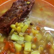Гороховый суп с копчеными ребрышками и зеленью