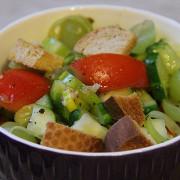 Салат из свежих овощей, сухариков, зеленого винограда и мяты