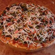 Пицца с колбасой, зеленой фасолью и оливками