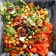 Теплый салат из тыквы сквош с зеленым горошком,  сливочным сыром и карамелизированным луком