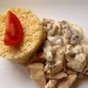 Индейка с грибами в сливочном соусе с булгуром