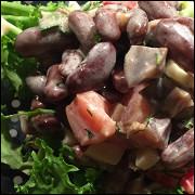 Салат с куриными желудками и фасолью
