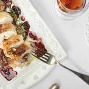 Курица, фаршированная орехами и черносливом, с ежевичным соусом