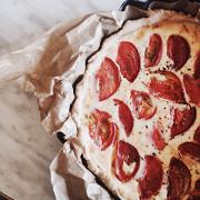 Киш с помидорами черри, базиликом и сыром