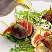 Инжир с анчоусами, творожным сыром, медовым соусом и рукколой