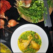Курица с шафраном, оливками и горошком