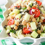 Греческий салат с нутом и фетой