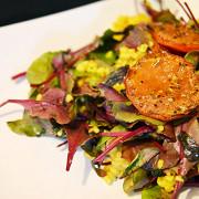 Теплый салат с мангольдом, булгуром и печеными томатами