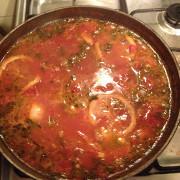Томатный суп с мидиями и гребешками в воке