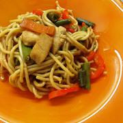 Лапша с курицей, овощами и соевым соусом