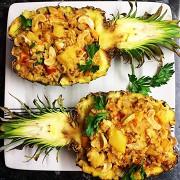 Жареный рис со свининой в ананасе