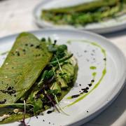Нутовый креп с зелеными овощами и сметаной из кешью