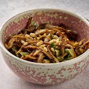 Теплый салат с грибами, шпинатом и ореховым соусом