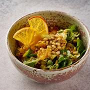Теплый салат с киноа, печеной тыквой и апельсином