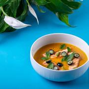 Холодный манговый суп с форелью, голубикой и базиликом