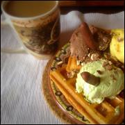 Бельгийские вафли с мороженным и взбитыми сливками